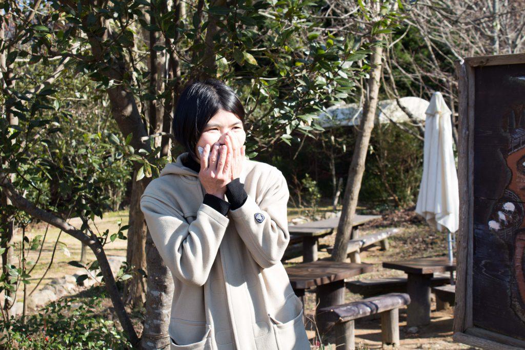 驚きのあまり顔を覆うマユちゃん